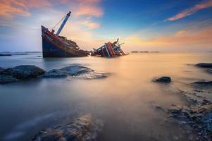 trasigt fartyg i havet foto