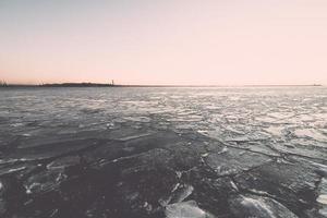 solnedgång över frysta havet - retro effekt för tappning