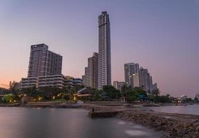 Pattaya stadsstrand och hav i skymning, Thailand foto