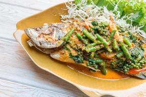 kryddig havsabborre soppad, ångad fisk i thailändsk stil