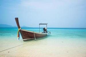 lång båt och tropisk strand, Andamanhavet, Thailand