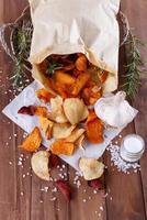 hälsosamma grönsaksflis på papper med havssalt foto