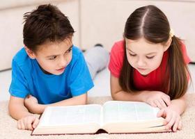 barn läser bok foto