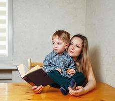 mamma och son läser en bok