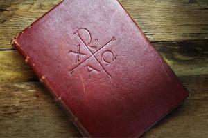 gammal järnek bibel kristus symbol trä bakgrund foto
