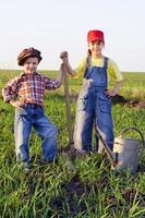 två barn med spade och burk