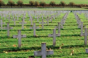 kyrkogård med franska soldater från första världskriget i mål foto