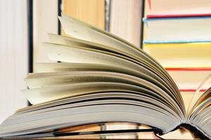 komposition med inbundna böcker i biblioteket foto
