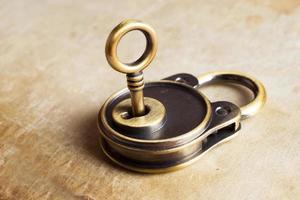 retro koppar nycklar hänglås foto