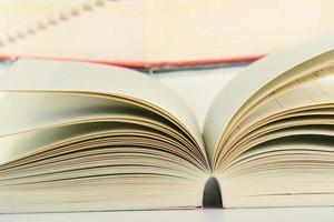 böcker på bordet foto