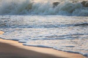 havsvåg på sandstrand