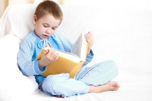 pojke läser bok