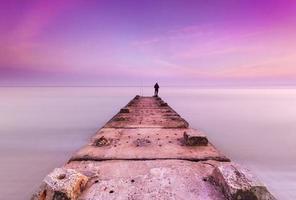 stenbrygga och lugnt hav foto