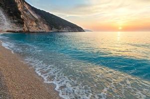 solnedgång på Myrtos strand (Grekland, Kefalonia, Joniska havet). foto