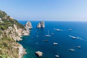 utsikt över faraglioniklipporna och det tyrrenska havet foto