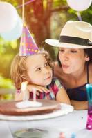 trädgårdsfest, grattis på födelsedagsflicka med mamma foto