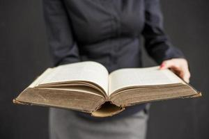 kvinna med öppen bok foto