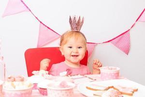 glad liten prinsessa på flickafest foto