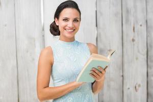 snygg brunett som läser en bok