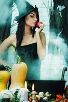 häxa med ett äpple, tonat foto