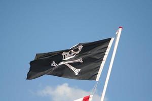 pirater skalle och korsade ben flagga flygande foto