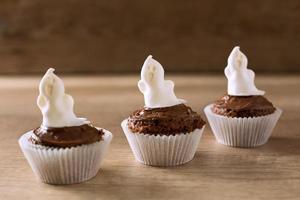 roliga halloweenn ghost cupcakes foto