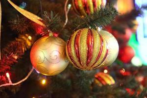 dekorerad vacker julgran foto