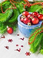 jul röda bollar foto