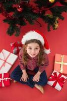 festlig liten flicka med gåvor foto