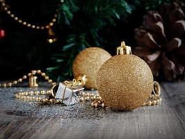 juldekorationer på en bakgrund av träd och kottar foto