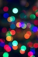 abstrakt suddig bakgrund av julbelysning och kransar. foto