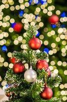 julgran med färgglada bollar foto