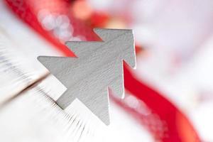 vit julgran på trä bakgrund foto