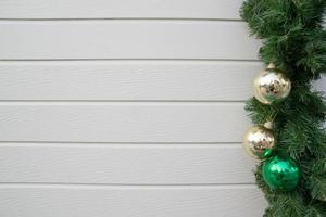 dekorerad julgran på trävägg bakgrund foto