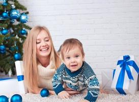 mamma med son nära julgran