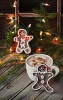 pepparkakor till jul på vintagebordet foto