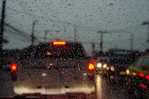 regn på bilrutan på kvällen