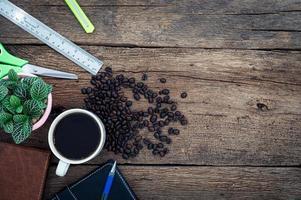 kaffemugg och brevpapper på skrivbordet