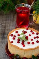 vit chokladostkaka med tranbär foto