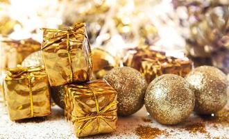 glänsande gyllene julklappar och bollar foto