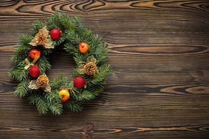 julkrans på brun träsida ovanifrån