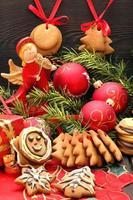 juldekoration med pepparkakor på träbakgrund foto
