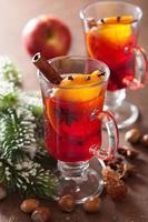 glas glögg med apelsin och kryddor, juldekoration