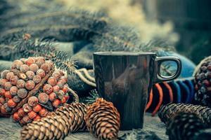 mugg varm dryck på rustikt träbord. fortfarande liv.