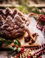 julkaka på träbakgrund foto