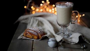 varm kakao och kanelrullar