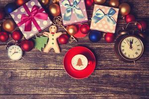 kopp kaffe med grädde julgran foto