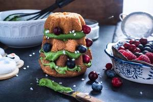 julgran gjord av tårta, frukt och glasyr foto