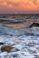 storm på solnedgången på ett tropiskt hav