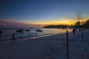 solnedgångar och vacker strand foto